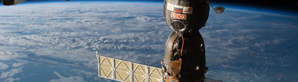 """Космонавты увидели вокруг отверстия в """"Союзе"""" черно-желтые образования"""