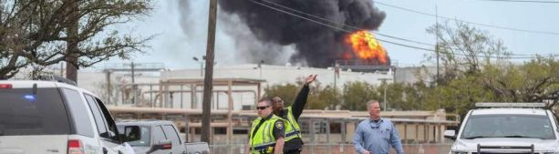 Нефтехимический терминал в Техасе (под Хьюстоном) горит