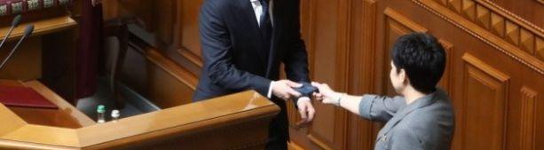 Удостоверение Президента Украины упало на пол после вручения Зеленскому.