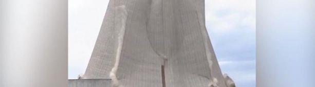 В Германии взрывом снесли часть АЭС (видео)