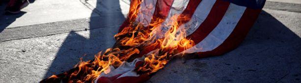 Зачем салют, когда можно и флаг спалить – день независимости в США прошел с огоньком