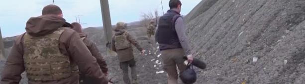 По щиколотку в грязи, требовал от Байдена оружия, денег и НАТО. Что Зеленский делал на Донбассе. Репортаж CNN
