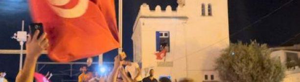 Еще один переворот? В Тунисе вспыхивают жестокие протесты, когда президент приостанавливает работу парламента