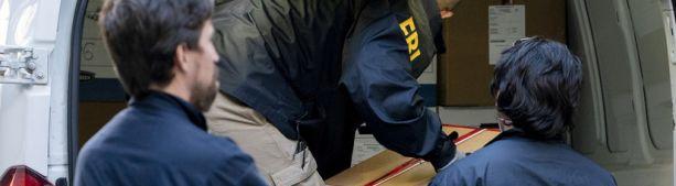 Сотрудники ФБР выносят коробки из дома родственников Дерипаски в Нью-Йорке